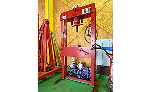 油圧プレス機